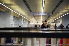 Lettura della ragazza della scuola secondaria nella biblioteca Immagini Stock Libere da Diritti