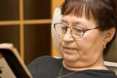 Lettura della signora anziana Fotografia Stock Libera da Diritti