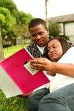 Lettura delle coppie dell'afroamericano Fotografie Stock Libere da Diritti
