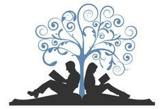 Lettura delle coppie sotto l'albero Immagini Stock Libere da Diritti