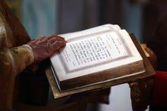 Lettura delle lettere sante fotografie stock