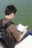 Lettura dello studente di college Fotografia Stock