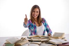 Lettura dello studente e dare pollici felici su fotografia stock