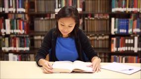 Lettura dello studente nella biblioteca archivi video