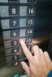 Lettura di dito dell'utente Braille sul pannello dell'elevatore Immagine Stock