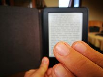 Lettura di EBook Fotografia Stock Libera da Diritti