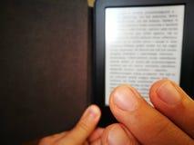 Lettura di EBook Immagini Stock