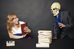 Lettura di notte dei libri terribili Immagine Stock