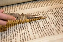 Lettura di Torah con un indicatore Immagini Stock Libere da Diritti