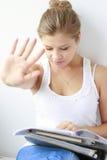 lettura ed apprendimento dell'adolescente Fotografia Stock Libera da Diritti