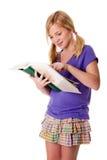 Lettura ed apprendimento felici della ragazza del banco Immagini Stock