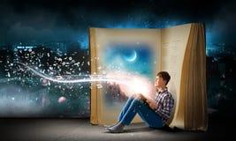 Lettura ed immaginazione Fotografia Stock Libera da Diritti