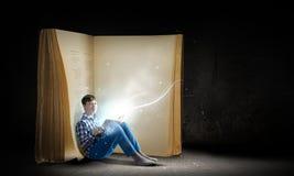 Lettura ed immaginazione Fotografie Stock Libere da Diritti
