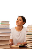 Lettura emozionante della donna dietro la tavola fra il mucchio due dei libri Fotografia Stock