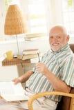 Lettura felice del pensionato nel paese Fotografie Stock Libere da Diritti