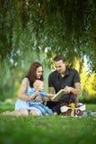 lettura felice della famiglia del libro Immagini Stock