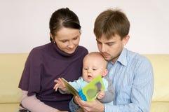 lettura felice della famiglia del libro Fotografia Stock Libera da Diritti