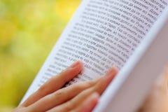 lettura femminile del libro Immagine Stock