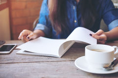 lettura femminile del libro Immagini Stock