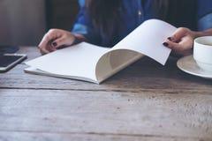 lettura femminile del libro Fotografie Stock