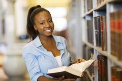 Lettura femminile dello studente universitario Immagine Stock