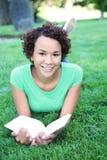Lettura graziosa della donna dell'afroamericano Immagine Stock Libera da Diritti
