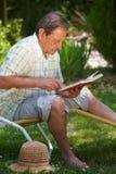 lettura invecchiata dell'uomo del libro Fotografia Stock