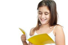 Lettura latina della ragazza isolata su una priorità bassa bianca Fotografia Stock