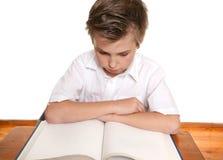 Lettura o studio dell'allievo Fotografia Stock Libera da Diritti