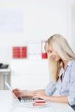 Lettura rapida di lavoro della donna di affari tramite il computer portatile Fotografia Stock Libera da Diritti