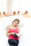 Lettura Relaxed della donna sulla sua base Fotografia Stock Libera da Diritti