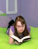 Lettura teenager Fotografia Stock Libera da Diritti