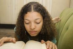 Lettura teenager del giovane afroamericano Fotografia Stock