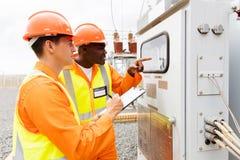 Letture a macchina degli elettricisti industriali Fotografie Stock Libere da Diritti