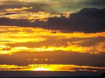 letzt von der Sonnenlichtrückseiten-Haufenlinie dunkle Wolke über Meer Lizenzfreies Stockbild