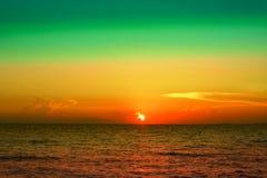 letzte helle bunte Himmellinie dunkle kleine Welle des Sonnenuntergangs auf Meer Stockbilder