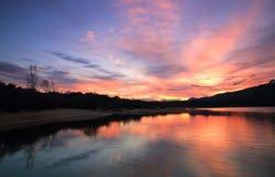Letzte Reflexionen des Tages auf dem See Stockbild