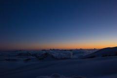 Letzte Sonne strahlt vor dem Sonnenuntergang in den kaukasischen Bergen aus Lizenzfreie Stockfotos