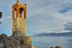 Letzte Strahlen der Sonne über Glockenturm in Nafpaktos-Stadt, Griechenland Lizenzfreies Stockbild