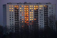 Letzte Strahlen der Sonne auf einem Wohnblock lässt ihn schauen auf Feuer Lizenzfreies Stockfoto