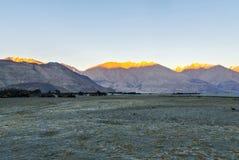Letzte Strahlen von Sun küsst die Bergspitzen in Nubra-Tal, in Leh u. in Ladhak, INDIEN stockfotografie