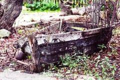 Letzter Ort des alten gebrochenen Bootes Stockfotos