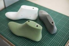 Letzter Plastikschuh drei auf Gummigeschnittener SekundärSchneidematte, die Ausrüstung benutzt für Schuhentwurf lizenzfreie stockbilder