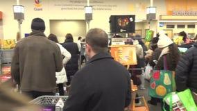 Letztes Einkaufen vor dem Sturm stock video footage