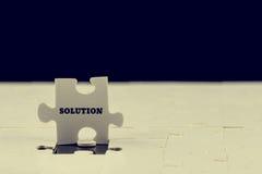 Letztes Puzzlespielstück mit dem Wort - Lösung Lizenzfreies Stockbild