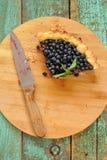 Letztes Stück der selbst gemachten offenen Torte verziert mit frischem Waldblau Lizenzfreie Stockfotos