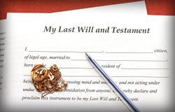 Letztes wird und Testamentformular mit Goldschmuck auf rotem Hintergrund Lizenzfreies Stockbild