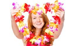 Leu floreali a fuoco in mani della ragazza felice Immagine Stock