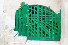 Leuca, Apulia - stara handmade zielona falcowanie brama w fortecy zdjęcia royalty free