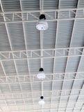 Leuchte auf Dach des modernen Lagerhauses Stockfoto